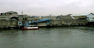 対岸に乗客を運ぶ渡船